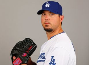 Dodgers pitcher Josh Beckett plans to pitch through injury
