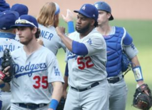Smith, Dodgers clinch playoff bitrh