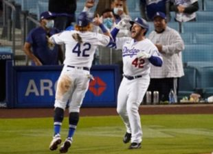 Muncy, Dodgers sweep Rockies